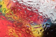 Droppar av regn på ett fönsterexponeringsglas färg Royaltyfri Foto