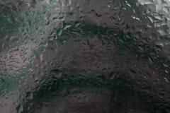 Droppar av regn på ett fönsterexponeringsglas färg royaltyfri fotografi