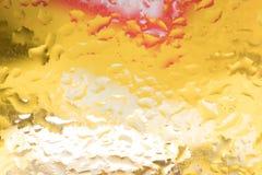 Droppar av regn på ett fönsterexponeringsglas färg royaltyfri bild