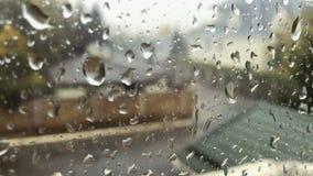 Droppar av regn på exponeringsglas arkivfilmer