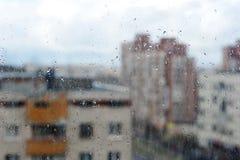 Droppar av regn på exponeringsglas Arkivfoton