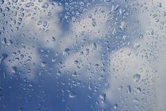 Droppar av regn på exponeringsglas Arkivbild