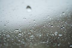 Droppar av regn på exponeringsglas Royaltyfria Foton