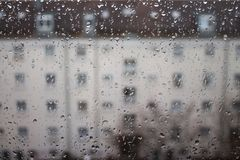 Droppar av regn på exponeringsglas, regn tappar på klart fönster arkivbilder