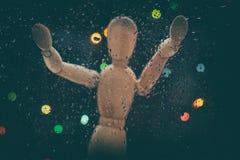Droppar av regn på exponeringsglasblåttbakgrund Attrapp och ljus för skalamodell ut ur fokus Fotografering för Bildbyråer