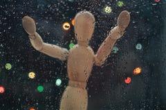 Droppar av regn på exponeringsglasblåttbakgrund Attrapp och ljus för skalamodell ut ur fokus Royaltyfria Foton
