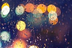 Droppar av regn på fönster, natt arkivfoton
