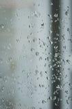 Droppar av regn på fönstret, regnig dag, oskarpt staket i baksidan Royaltyfri Fotografi