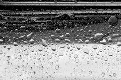 Droppar av regn på huven av bilen royaltyfria foton