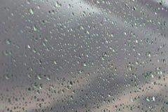 Droppar av vatten på bilfönstret, naturbakgrund Royaltyfri Fotografi