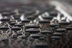 Droppar av vatten på biltaket, naturbakgrundsslut upp Royaltyfri Fotografi