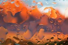 Droppar av vatten på en färgbakgrund grunt djupfält Se royaltyfria bilder