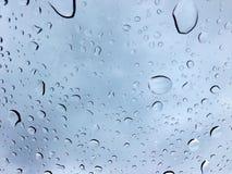 Droppar av vatten på exponeringsglas, bakgrund arkivfoto
