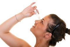 droppar eye genom att använda kvinnan Royaltyfri Fotografi