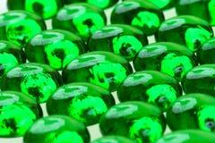 Droppar för grönt exponeringsglas Arkivbilder
