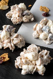 Droppar för knastrande för vaniljtranbärmandel arkivfoto