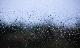 Droppar på suddig bakgrund för fönster arkivfoton
