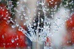 droppar som flyger vatten royaltyfri fotografi