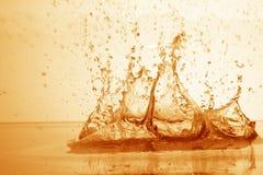Droppe av vatten i pöl i guld Royaltyfri Fotografi