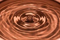 Droppe av vatten, vattenfärgstänk i brun färg Arkivfoto