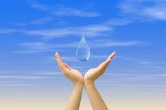 Droppe för handinnehavvatten Royaltyfria Bilder