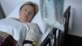 Dropper που στέκεται κοντά ανησυχημένο υπομονετικό μετά από τη λειτουργία χειρουργικών επεμβάσεων, ιατρική φιλμ μικρού μήκους