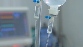 Dropper, goteo con el monitor médico en ICU Equipo edical moderno en la Unidad de Cuidados Intensivos, reanimación metrajes