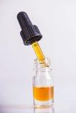 Droppglassen med CBD-olja, cannabis bor isolerad kådaextraktion Arkivfoton