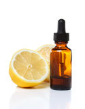 Droppglassflaska för växt- medicin med citroner fotografering för bildbyråer