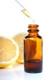 Droppglassflaska för växt- medicin med citroner royaltyfria bilder