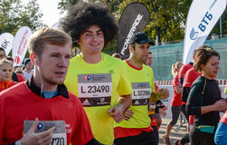 2016 09 25: droppMoskvamaraton Starta på 10 km Arkivfoton