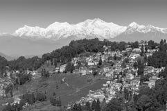 Drottning av kullar Darjeeling med Kanchenjunga område i bakgrunden Arkivbild