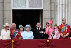 Drottning Elizabeth & kungafamiljen, Buckingham Palace, London Juni 2017 - att gå i skaror färgprinsen George William, harry, Kat royaltyfri fotografi