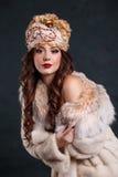 Drottning i kunglig klänning sexig flicka i kungligt hatt- och pälslag fotografering för bildbyråer