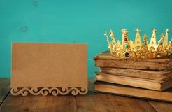 drottning/konungkrona på den gamla boken Filtrerad tappning medeltida period för fantasi arkivfoton