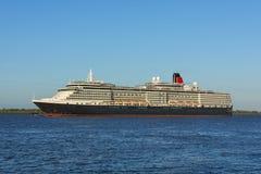 Drottning Victoria för HMS för kryssningskepp på Elbe River Royaltyfria Foton