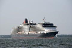 Drottning Victoria som för kryssningskepp är kommande i brittiskt vatten Royaltyfri Bild