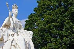 Drottning Victoria Statue på den Kensington slotten i London Royaltyfri Fotografi