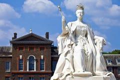 Drottning Victoria Statue på den Kensington slotten i London Arkivbild