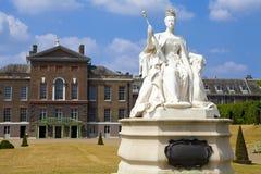 Drottning Victoria Statue på den Kensington slotten i London Fotografering för Bildbyråer