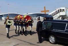 Drottningen Anne av Rumänien dör på 92 - ceremoni på Otopeni den internationella flygplatsen Royaltyfria Foton
