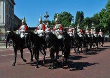 Drottningens hästvakterna på Buckingham Palace London Arkivfoton