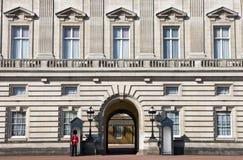 Drottnings utvändig Buckingham Palace för vakt i London Fotografering för Bildbyråer