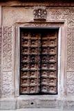 Dörr för forntida tempel i Varanasi Indien Fotografering för Bildbyråer