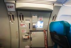 Dörr för nöd- utgång i flygplan Fotografering för Bildbyråer