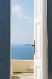 Dörr som är öppen till havet Arkivbild