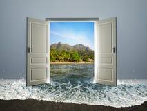 Dörr som är öppen till stranden Royaltyfri Foto
