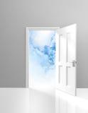 Dörr till himmel, andlighet och insiktbegreppet av en öppen dörröppning till drömlika moln Royaltyfri Fotografi