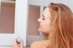 Dörrar för kvinnaöppningsgarderob Royaltyfri Foto