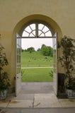 Dörrar som öppnar ut på ett engelskt landsgods Royaltyfri Fotografi